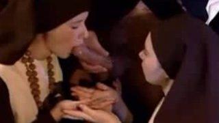 Le prêtre encule deux jeunes soeurs