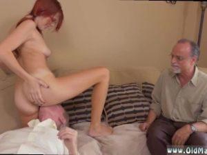 Deux vieux lèchent la chatte à une jeune femme