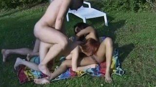 Il se tape une asiatique et une black au bord d'une piscine